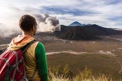 O homem no monte está olhando na erupção do vulcão de Bromo Parque nacional de Bromo Tengger Semeru Imagens de Stock