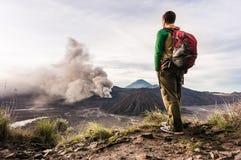 O homem no monte está olhando na erupção do vulcão de Bromo Parque nacional de Bromo Tengger Semeru Fotografia de Stock