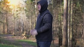 O homem no parque aquece-se antes de movimentar-se video estoque