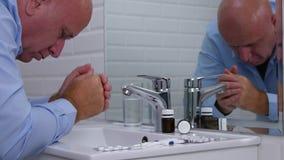 O homem no sofrimento da sala do toalete e o doente de sentimento pensam para tomar poucas drogas vídeos de arquivo