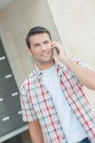 O homem no telefone parece perdido imagens de stock royalty free