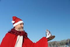 O homem no terno de Papai Noel Imagens de Stock
