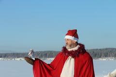 O homem no terno de Papai Noel Fotos de Stock Royalty Free