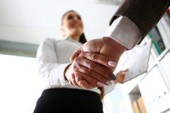 O homem no terno e o laço dão a mão como olá! no escritório fotos de stock royalty free