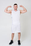 O homem no uniforme dos esportes mostra o bíceps Imagem de Stock Royalty Free