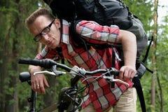 O homem nos amigos do apoio da bicicleta Fotos de Stock Royalty Free