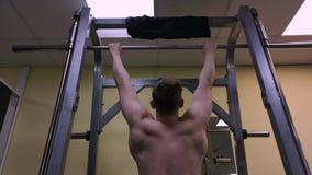 O homem novo é contratado na aptidão no gym O atleta é levantado na barra video estoque
