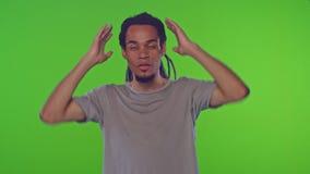 O homem novo afro-americano chocado virado na roupa ocasional é indignante vídeos de arquivo