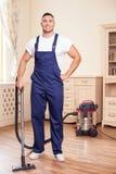 O homem novo atrativo está limpando o revestimento na Fotografia de Stock Royalty Free