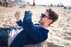 O homem novo atrativo no terno elegante tem o tempo para descansar o indivíduo engraçado imagens de stock royalty free