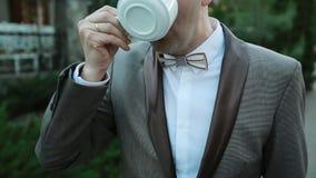 O homem novo bebe o café exterior video estoque