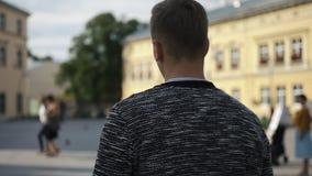 O homem novo cansado anda na rua vídeos de arquivo