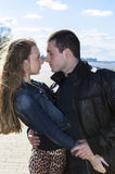 O homem novo com mulher tem o olhar enamorado Imagem de Stock