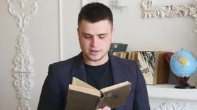 O homem novo com o livro diz o poema video estoque