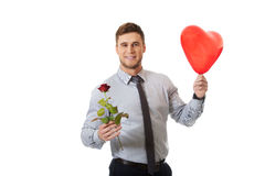 O homem novo com uma rosa vermelha e o coração balloon Foto de Stock