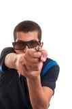 O homem novo com vidros 3d está apontando uma arma na câmera para o divertimento Fotografia de Stock