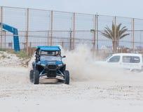 O homem novo conduz o extremo em seu veículo fora de estrada Foto de Stock