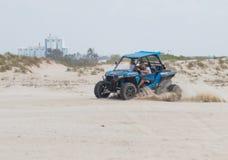 O homem novo conduz o extremo em seu veículo fora de estrada Fotografia de Stock Royalty Free