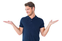 O homem novo considerável que guarda o seu distribui foto de stock