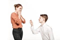 O homem novo dá o anel a seu acoplamento da menina Fotos de Stock