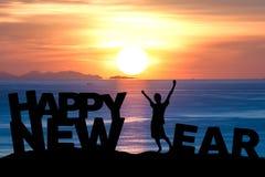 O homem novo da silhueta estende os braços faz o ano novo feliz Imagens de Stock Royalty Free