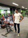 O homemnovo de contratado na aptidão no equipamento atlético de Fitness do treinador de esportes do salão motiva para fazer es fotos de stock