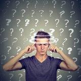 O homem novo de pensamento confundido retrato com vertigem da vertigem tem muitas perguntas Expressão do rosto humano foto de stock royalty free