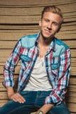 O homem novo de sorriso no estúdio com camisa abre Fotos de Stock Royalty Free