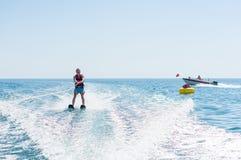 O homem novo desliza no esqui aquático nas ondas no mar, oceano Estilo de vida saudável Emoções humanas positivas, sentimentos fotos de stock royalty free
