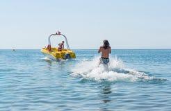 O homem novo desliza no esqui aquático nas ondas no mar, oceano Estilo de vida saudável Emoções humanas positivas, sentimentos foto de stock