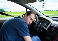 O homem novo dorme no carro Fotografia de Stock