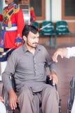 O homem novo e manda o amigo apreciar um desempenho da faixa local Azad Imagem de Stock