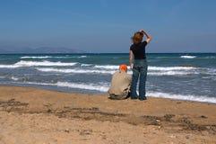 O homem novo e a menina na praia fotografia de stock