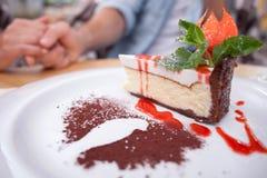 O homem novo e a mulher alegres estão comendo dentro Fotografia de Stock