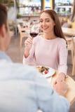 O homem novo e a mulher alegres estão descansando no café Imagens de Stock Royalty Free