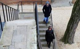 O homem novo e a mulher brancos vestiram-se para o inverno, smil foto de stock royalty free