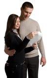 O homem novo e a mulher leram a letra. Fotos de Stock Royalty Free