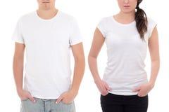 O homem novo e a mulher nos t-shirt brancos com espaço da cópia isolaram o Imagem de Stock