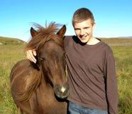O homem novo e o cavalo 01 Fotos de Stock Royalty Free