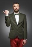 O homem novo em um terno verde, mostras saiu imagens de stock