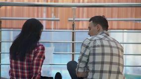 O homem novo em uma camisa de manta transporta a mulher no contrato de papel video estoque