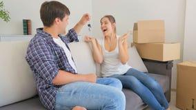 O homem novo entra na sala e em dar a sua esposa chaves de sua casa nova filme