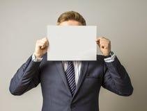 O homem novo escondendo dá-nos a mensagem Fotografia de Stock