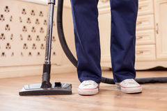 O homem novo especializado está fazendo a limpeza em uma sala Imagem de Stock