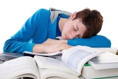 O homem novo está adormecido na aprendizagem fotografia de stock royalty free