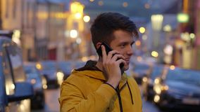 O homem novo está falando a seu amigo no telefone celular filme