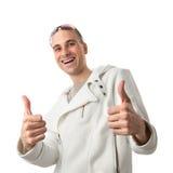 O homem novo está levantando com um polegar acima do sinal fotos de stock royalty free