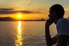O homem novo está olhando o nascer do sol Foto de Stock Royalty Free