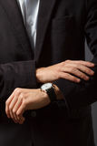 O homem novo está olhando seu relógio Fotos de Stock