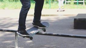 O homem novo está patinando no skate no parque do patim Liberdade, conceito do esporte filme